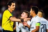 """Trọng tài """"bắt"""" trận Barcelona - PSG sẽ bị kỷ luật"""