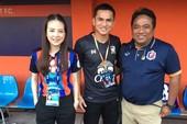 Kiatisak hợp tác với bà trưởng đoàn đội nữ Thái Lan