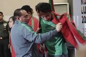 Tướng Edy mặc áo cho U-22 Indonesia đánh bại Thái