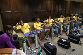Toàn đội Brazil phải trợ thở thiết bị Oxygen