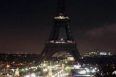 Tháp Eiffel 'tắt điện' tưởng niệm nạn nhân vụ thảm sát Paris