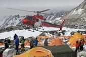 Hàng trăm người mắc kẹt trên đỉnh Everest chờ cứu hộ