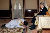 Quốc vương Thái Lan và những tướng quân quỳ phục