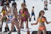 Hàng ngàn người mang bikini đi... trượt tuyết ở Nga