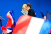 Chuyện tình đẹp như tiểu thuyết của ứng cử viên TT Pháp