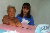 Cụ bà 107 tuổi đến tận điểm bầu cử để bỏ phiếu