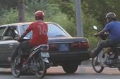 Ô tô biển xanh 'nhờ' hai xe máy đẩy chạy trên quốc lộ