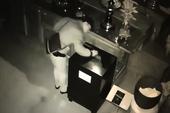 Camera ghi cảnh trộm phá hòm công đức ở Vũng Tàu