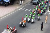 500 xe Vespa cổ rầm rộ diễu hành giữa thành phố biển