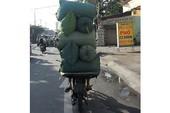 Xe máy chở nước đá quá hãi
