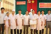 Khen thưởng bốn bác sĩ, điều dưỡng hiến máu cứu bệnh nhân bị trâu húc