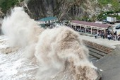 Siêu bão hoành hành, tiếp tục hủy 6 chuyến bay tới Đài Loan