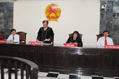 Quan tòa ở An Giang mặc áo choàng khi xét xử