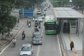 Nhiều phương tiện đi vào làn đường xe buýt nhanh