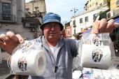 Napoli 'chào đón' kẻ phản bội Higuain bằng giấy vệ sinh