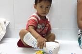 Bác sĩ mua đồ chơi cho bệnh nhi