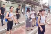 Chàng trai đeo vòi sen ra đường để vừa đi vừa tắm
