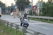 Xe máy đua cùng tử thần trên cao tốc