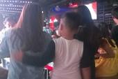 Choáng vì cho trẻ em vào bar để… vui chơi