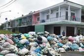 Đóng tiền đủ, rác vẫn dồn ứ quanh nhà