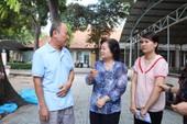 Bà Trương Mỹ Hoa thăm cháu bé con người lính đảo
