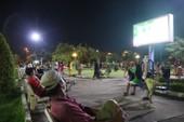 Người dân TP Sa Đéc kéo nhau ra công viên xem tivi