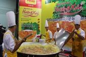 Chen chân thưởng thức bánh xèo kỷ lục Việt Nam