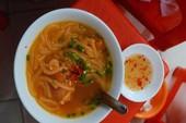 Quán bánh canh muốn ăn phải canh giờ ở Sài Gòn