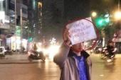 Xôn xao về chàng trai làm 'biển báo sống' giữa phố Hà Nội