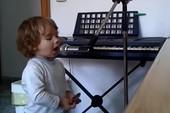 'Nghệ sĩ' nhí biến tấu với harmonica