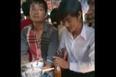 Tuyệt chiêu mở chai bia bằng điện thoại di động