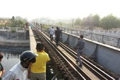 Bị tàu hỏa đâm chết vì ngồi lì trên đường ray