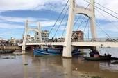 Clip: Giải cứu tàu mắc kẹt dưới gầm cầu sông Cà Ty