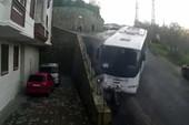 Clip: Xe bus mất lái, 3 người thoát chết trong gang tấc