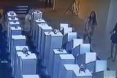 Mải selfie, cô gái phá nát tác phẩm nghệ thuật 4,5 tỉ