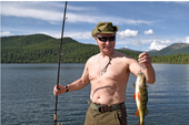 Ông Putin cởi trần câu cá, hái nấm trong kỳ nghỉ