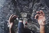 Leo lên đỉnh tháp cao 450 m chỉ để... selfie