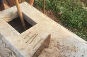 Hàng chục ngôi mộ tại Hà Nội bị đóng đinh và dao