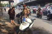 CSGT kịp báo cho 1 phụ nữ chạy xe máy đang cháy