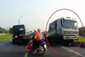Kinh hãi xe tải lấn làn tông chết 2 người