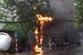 Cột điện cháy ngùn ngụt giữa đường phố Hà Nội
