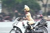 Nữ sinh cảnh sát lái mô tô đặc chủng điêu luyện