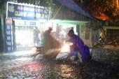 Ngập khủng khiếp, người Hà Nội bì bõm dắt xe máy