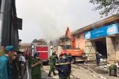 Cháy lớn, cảnh sát phải lấy nước sông Hồng dập lửa