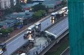Xe bồn tông trúng xe tải, lật ngang tại đường trên cao