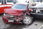 Lấn làn trên cầu, ô tô gây tai nạn liên hoàn