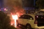 2 chiếc xe cháy ngùn ngụt sau khi tông nhau
