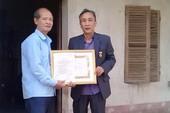 Tử tù oan Hàn Đức Long nhận huy hiệu 30 năm tuổi Đảng