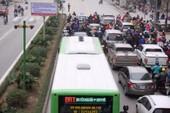 Xe máy lấn làn xe buýt nhanh bị phạt nguội 400.000 đồng