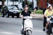 Lái xe máy bằng 1 tay có phạm luật?